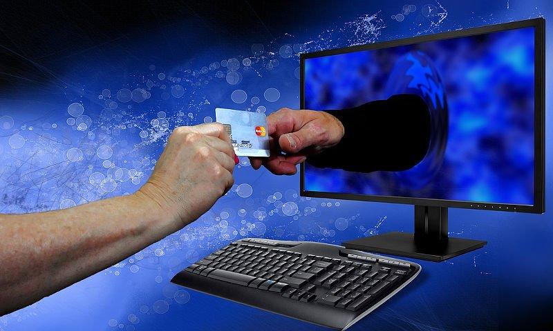 Kolejna osoba oszukana podczas zakupów w sieci – Policja apeluje o rozwagę!