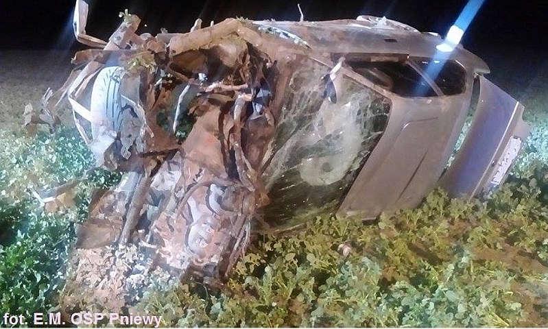 Chełmno: Samochód osobowy uderzył w drzewo i dachował