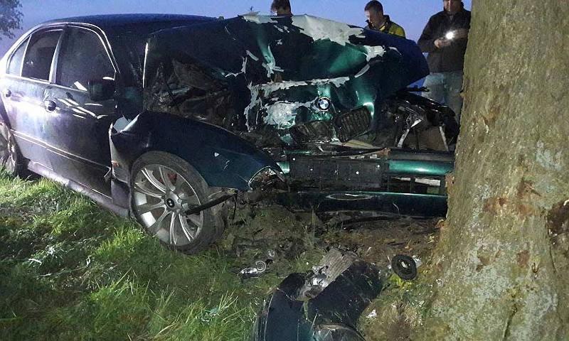 Sędziny: Dwie osoby w szpitalu po uderzeniu samochodu w drzewo