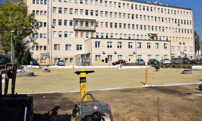 Trwają prace przy przebudowie szpitalnego parkingu [zdjęcia]
