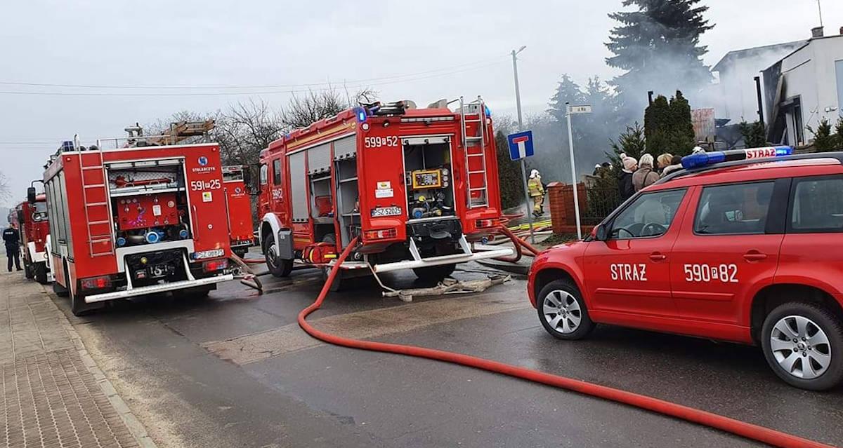 Pniewy. 9 zastępów walczyło z pożarem domu