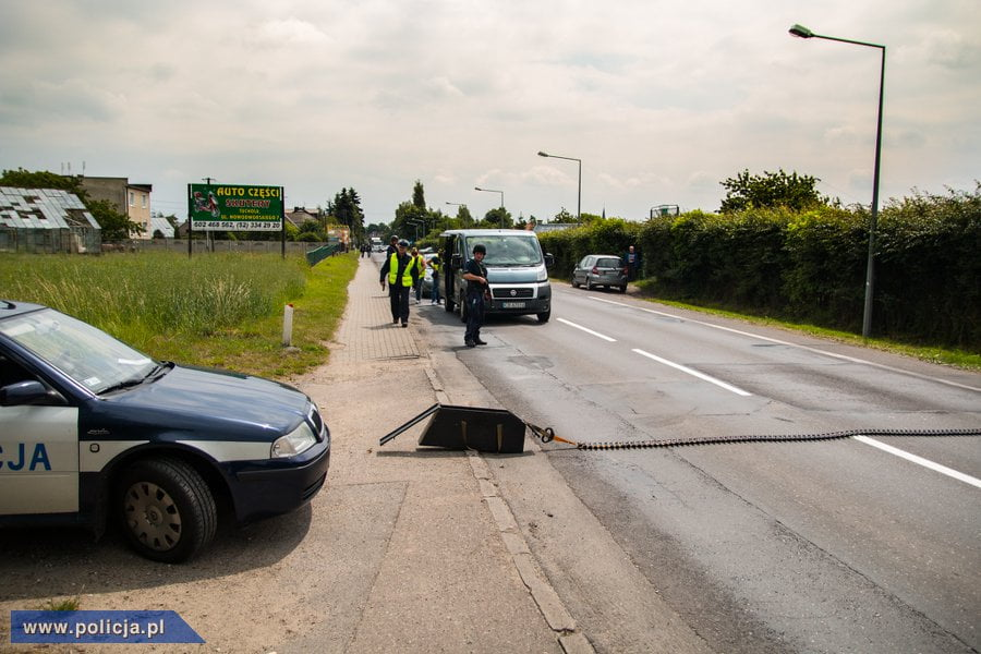 Policjanci z Szamotuł i Obornik prowadzili pościg za kierowcą busa. Zatrzymała go dopiero kolczatka