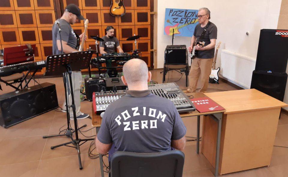 """W Zakładzie Karnym we Wronkach funkcjonuje zespół muzyczny """"Poziom Zero"""". Posłuchaj jak grają więźniowie [WIDEO]"""