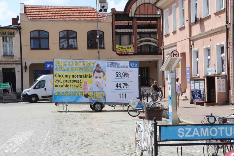 Szamotuły. Baner na Rynku zachęca do szczepień przeciwko COVID-19